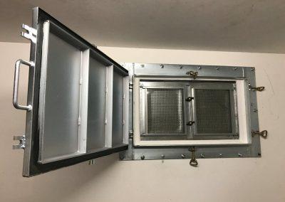 offene Fensterschutzklappe innen